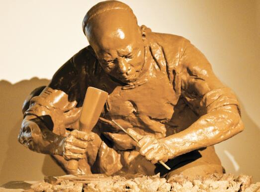 1、备泥加工 把直接自地下的泥去掉杂质,用木槌,木棒敲砸进行人工捣炼,有条件的可用捣泥机加工。太湿的泥,要先放在室内通风处,让泥土吹干达到合适的湿度;太干的泥则要泥土砸碎,放在容器内,浇上适量的水浸泡,然后再进行捣炼。最后要使泥土达到软硬适度又不粘手为佳。加工好的泥块要放在缸内或其他盛具内,用湿布或塑料布盖好以保持一定的湿度,备用。 2、搭内骨架 搭制骨架常用木,木版,铁丝,钢筋,铁钉等。泥塑的骨架像人的骨骼一样,起着支撑和连接的作用,它是泥塑的基础条件,不可忽视。 搭骨架要注意: <1> 骨